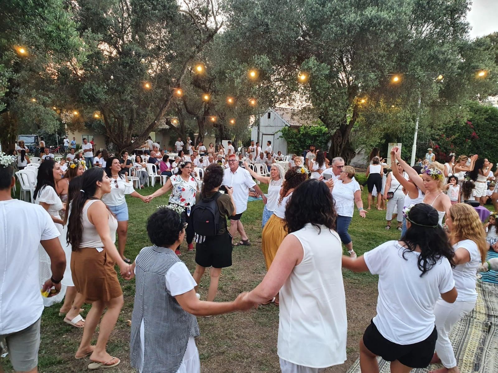חברי להקת החברים של נחום מרקידים את הקהילה בכרמיה