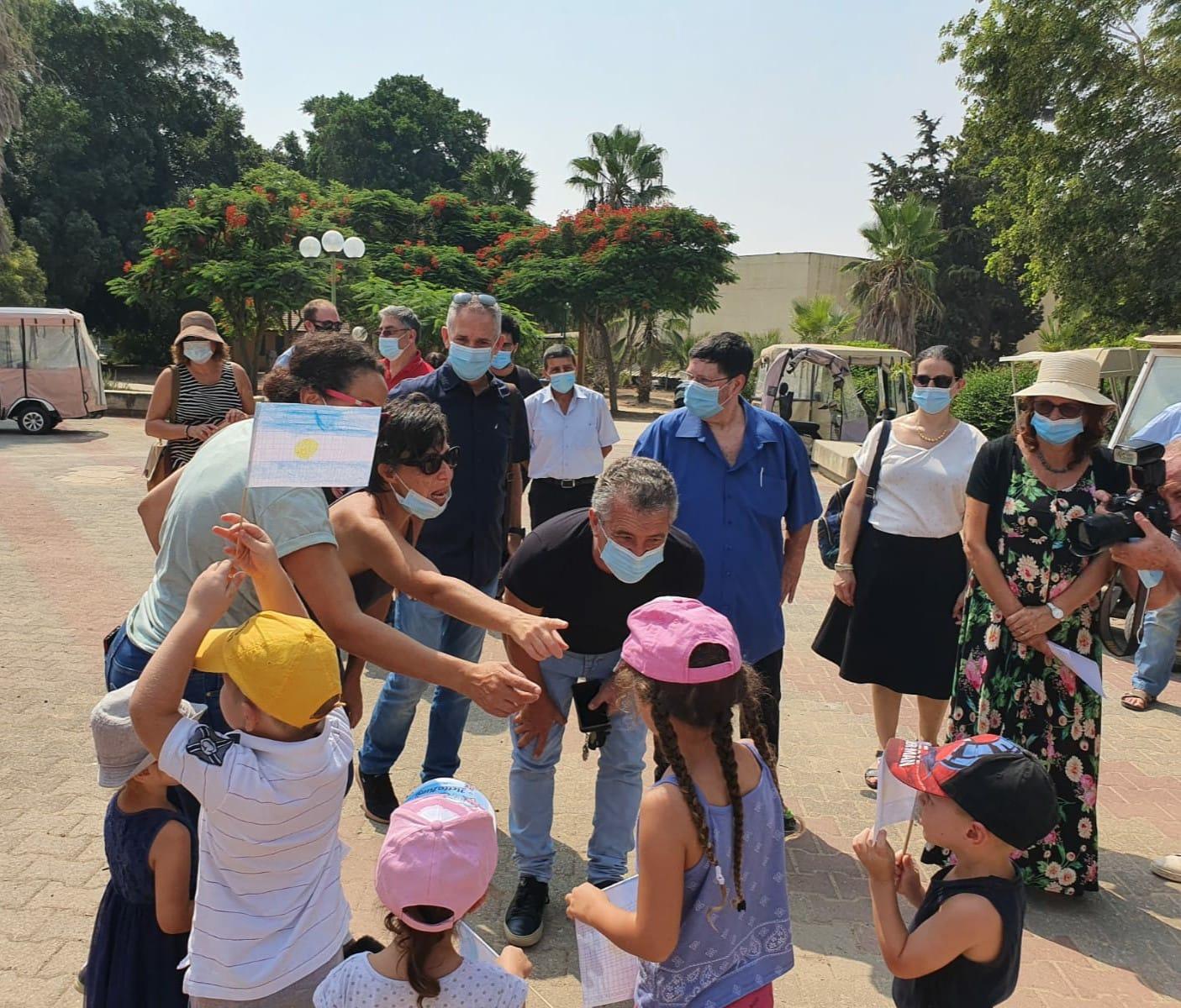 השגריר הארגנטינאי זוכה לקבלת פנים מרגשת מילדי הקיבוץ